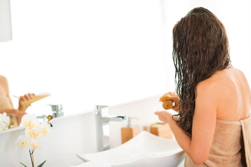 Kobieta nakłada jedwab na włosy
