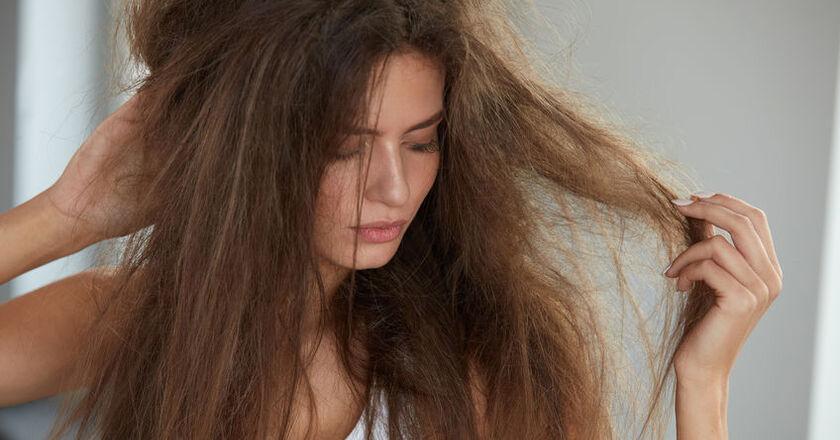Kobieta o wysokoporowatych włosach