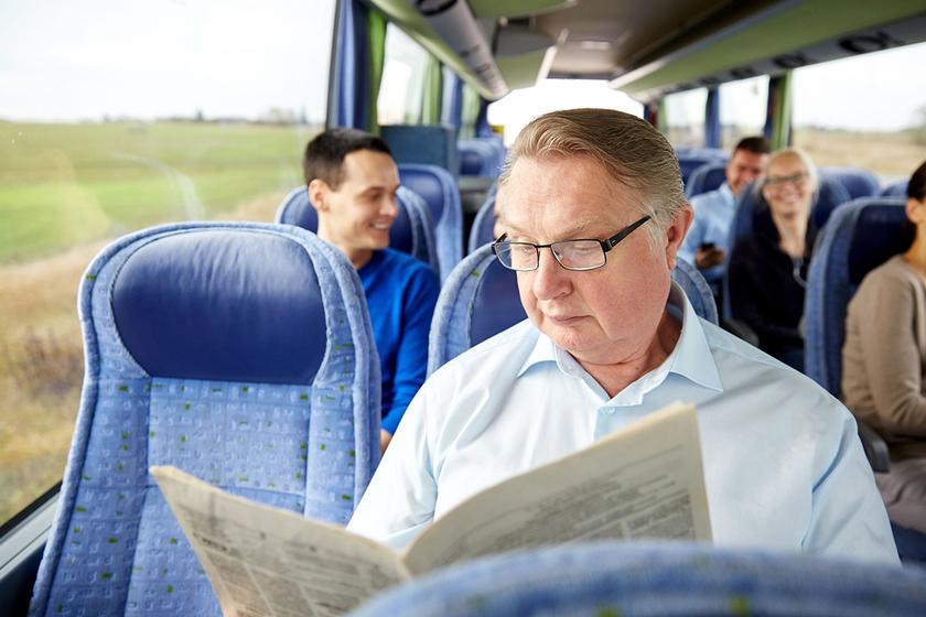 Mężczyzna z problemem moczu w autobusie