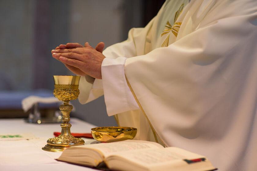 Ksiądz odprawiający mszę świętą