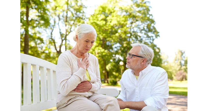 Starsza kobieta odczuwa kłucie w sercu