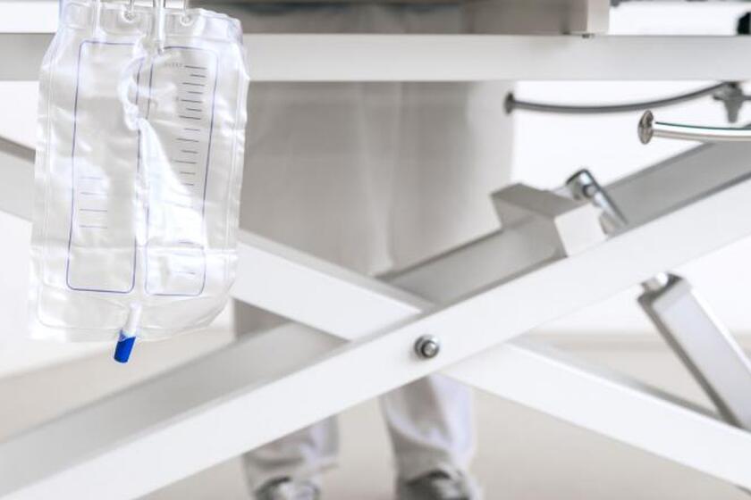 Worek na mocz przy szpitalnym łózku