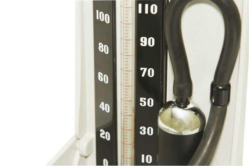 Ciśnieniomierz rtęciowy na białym tle