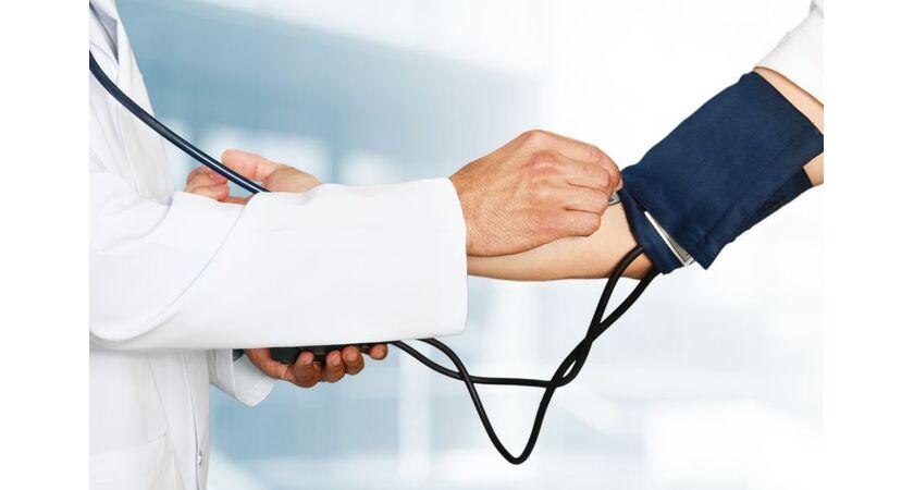 Lekarz mierzy ciśnienie krwi pacjentowi