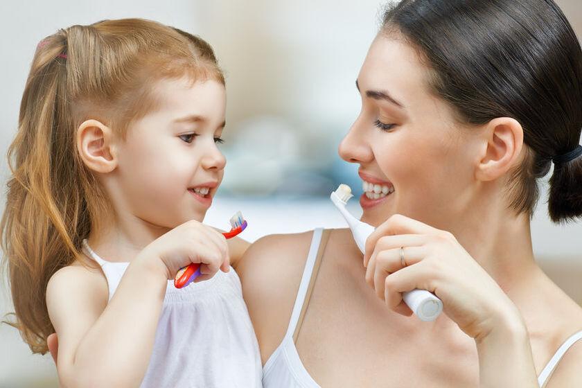 Kobieta z córkąmyją zęby