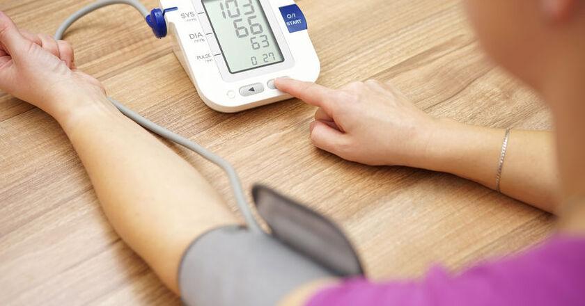 Kobieta mierzy ciśnienie krwi