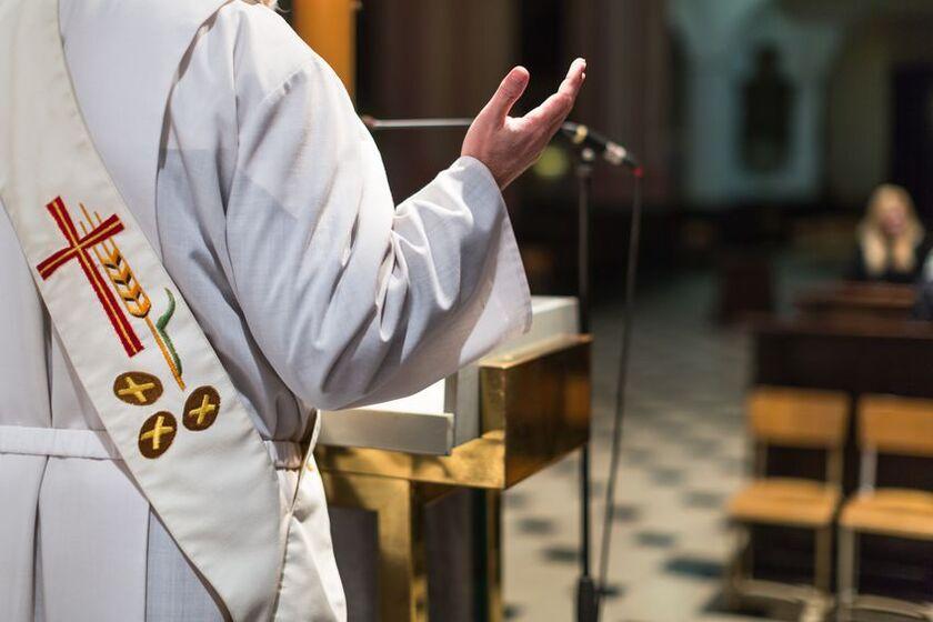 Ksiądz odprawia mszę świętą
