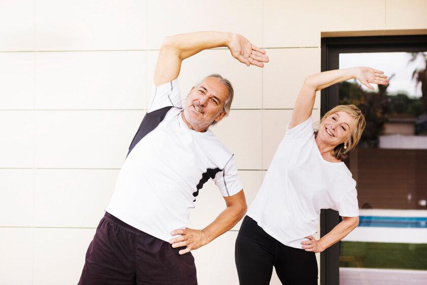 Para seniorów uprawiająca sport