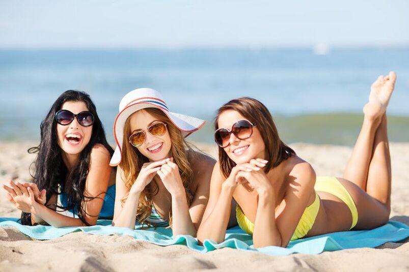 Kobiety opalają się na plaży