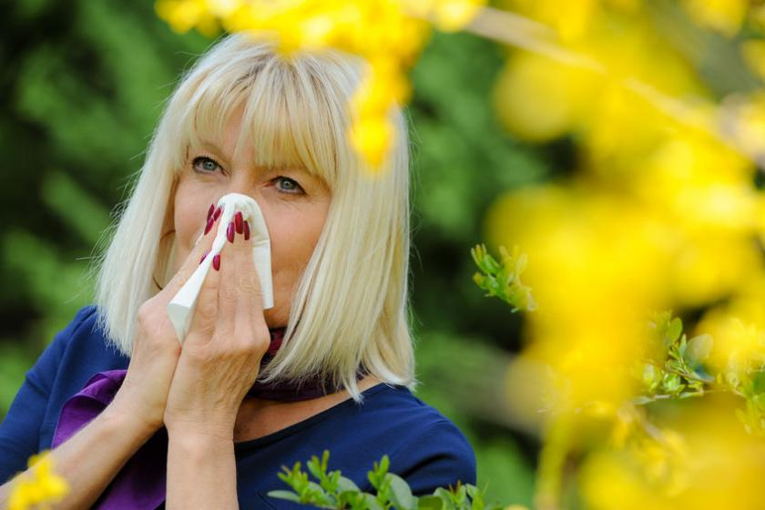 Kobieta odczuwa objawy alergii wziewnej