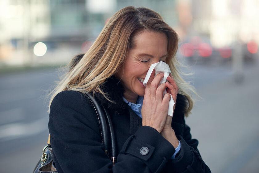 Kobieta odczuwa objawy alergii w listopadzie