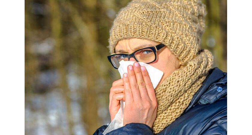 Kobieta cierpi z powodu alergii wziewnej zimą
