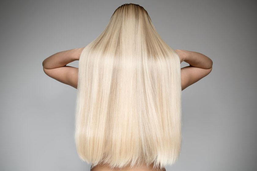 Kobieta o pięknych długich, blond włosach