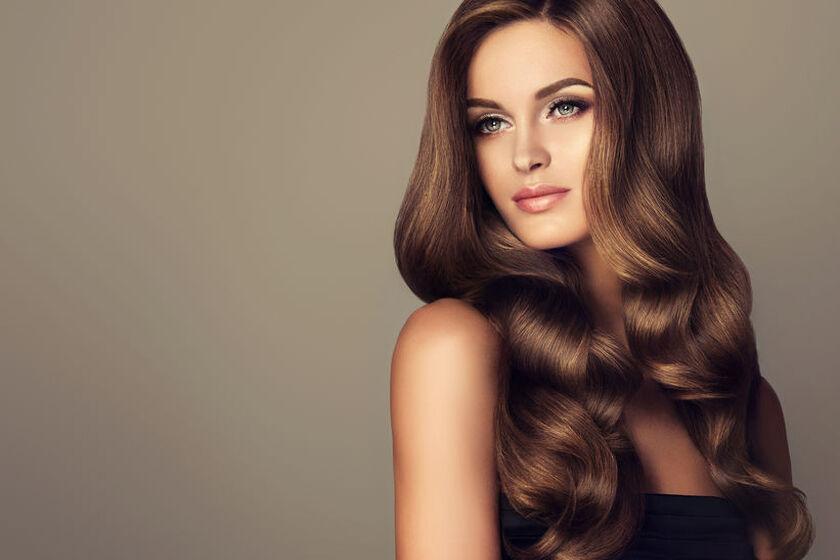 Kobieta o pięknych, gładkich włosach
