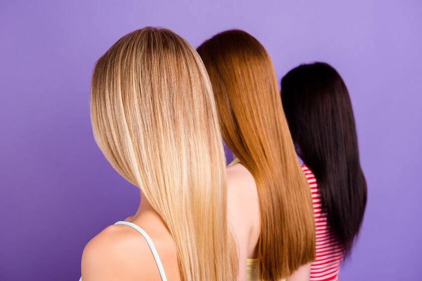 Trzy kobiety o farbowanych włosach
