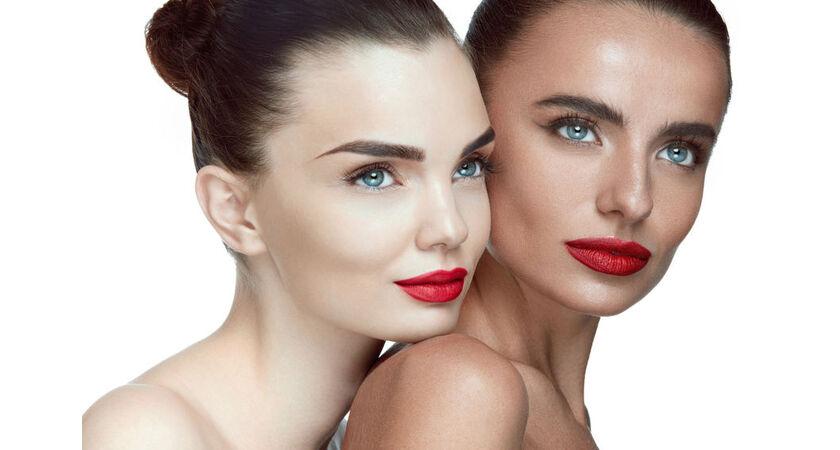 Kobieta przed i po zastosowaniu samoopalacza