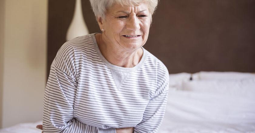 Starsza kobieta odczuwa objawy zatrucia grzybami
