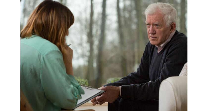 Starszy mężczyzna rozmawiający z lekarką