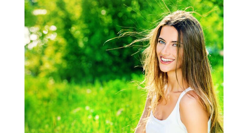 Uśmiechnięta kobieta w ogorodzie