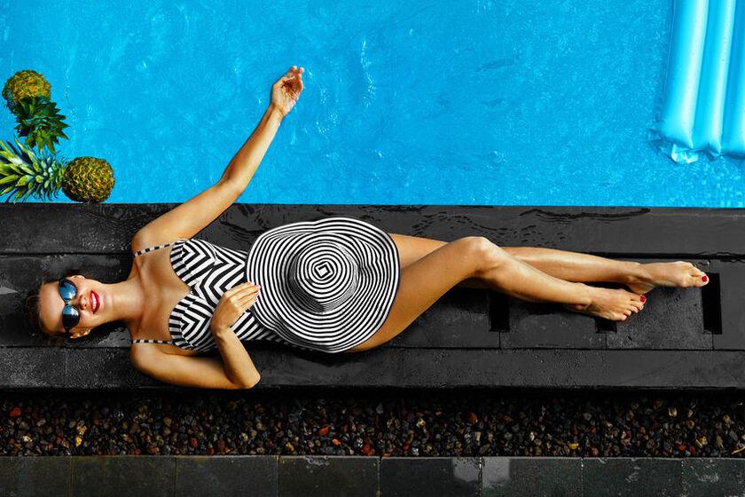 Kobieta w ciąży opala się na słońcu