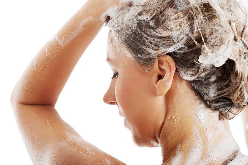 Kobieta myje włosy szamponem oczyszczającym