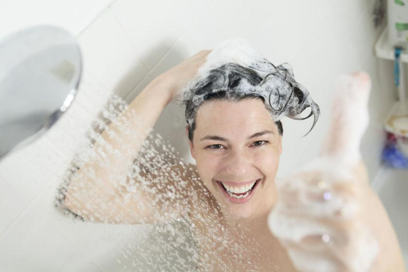 Kobieta używa szamponu na porost włosów