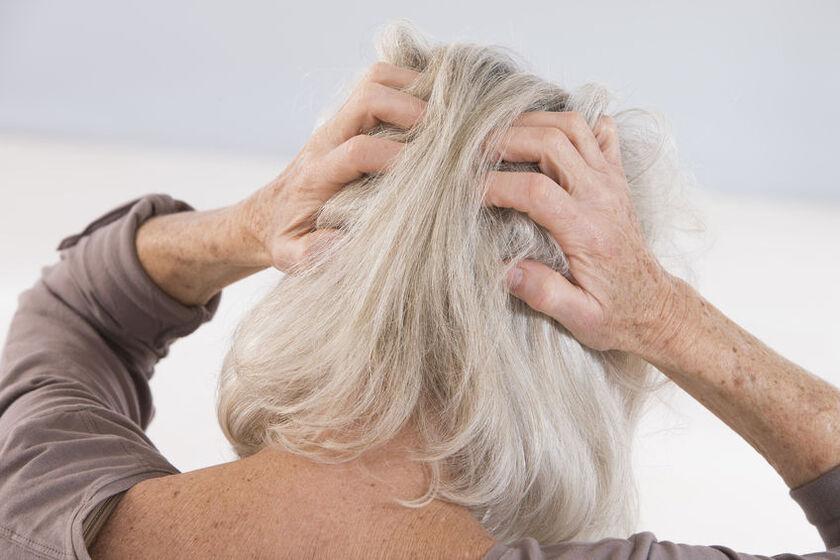 Kobieta z siwymi włosami