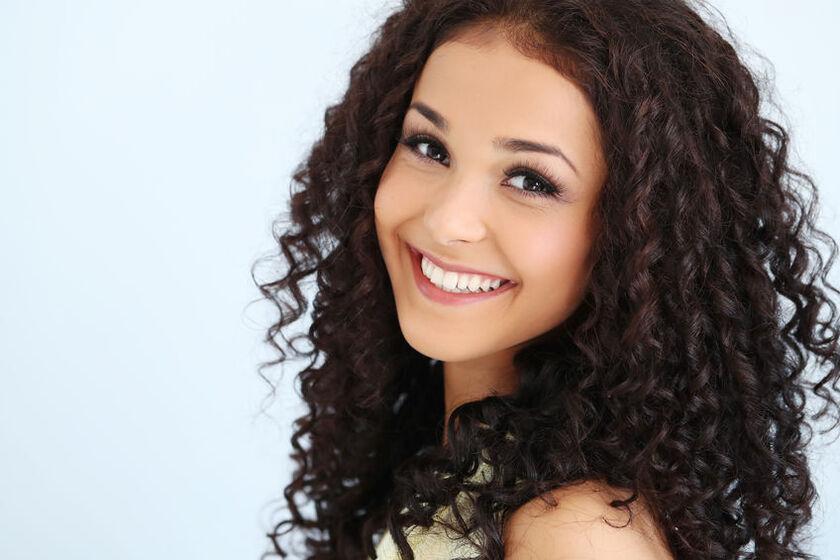 Kobieta o pięknych, kręconych włosach
