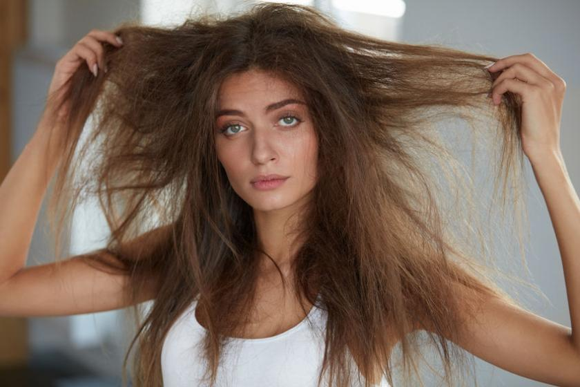 Kobieta z suchymi włosami