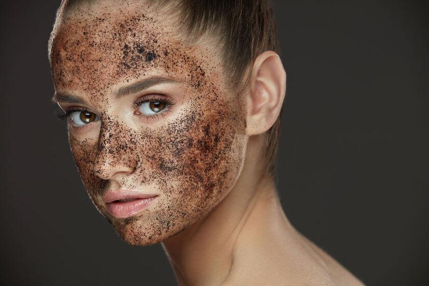 Piękna kobieta z peelingiem na twarzy