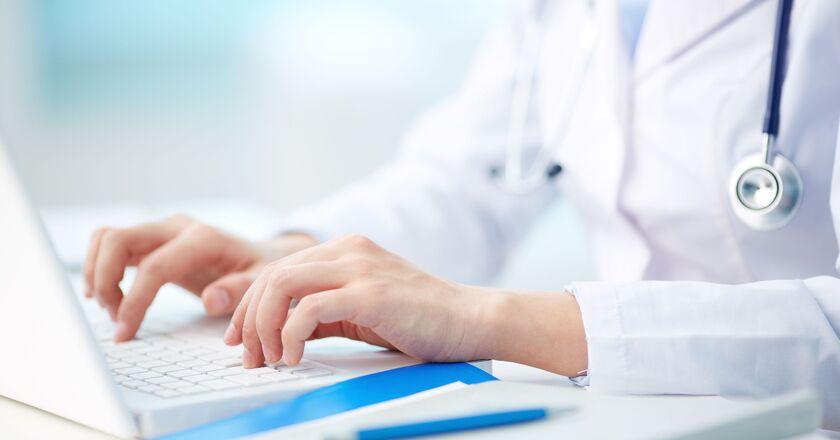 Lekarz piszący na komputerze