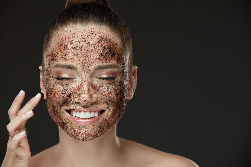 Kobieta wykonuje peeling gruboziarnisty twarzy