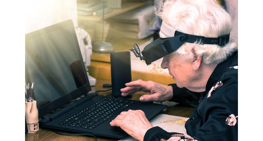 Starsza kobieta z laptopem