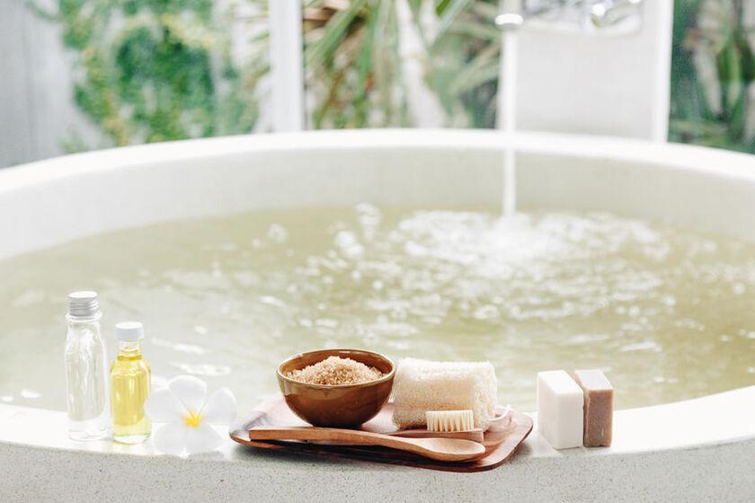 Peeling solny i inne kosmetyki na wannie