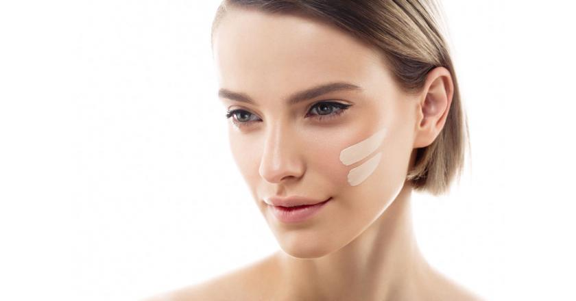 Kobieta z naturalny podkład na twarzy