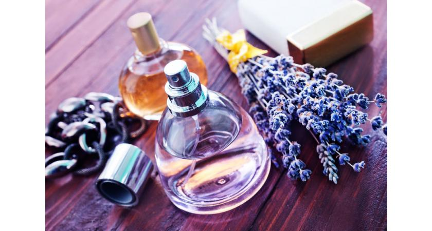 Flakony perfum i kwiaty