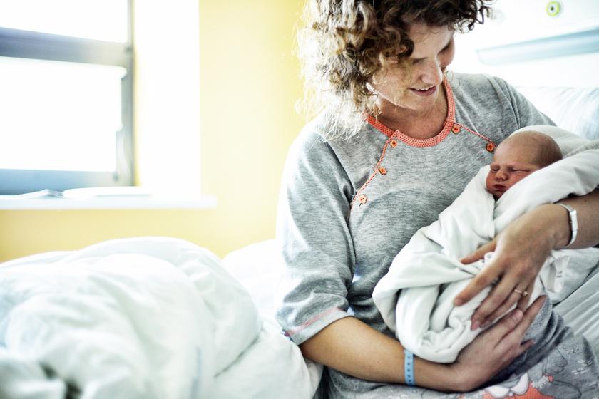 Kobieta trzymająca noworodka na rękach