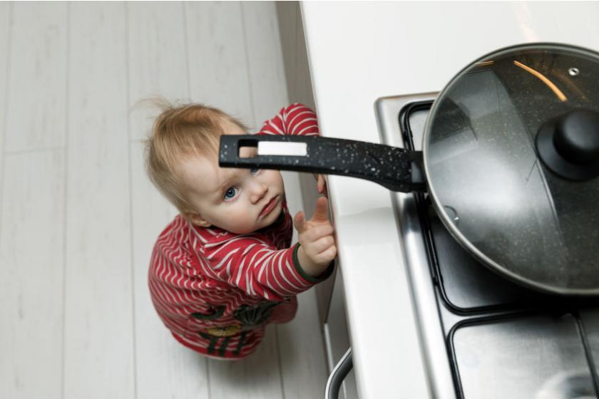 Dziecko sięgające po patelnię
