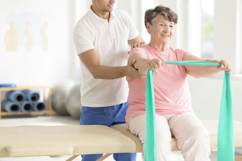 Kobieta cierpiąca na chorobę Parkinsona w czasie rehabilitacji