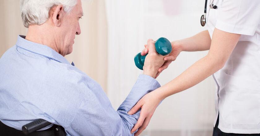 Mężczyzna odbywa rehabilitację po zawale serca