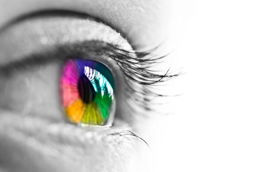 Oko z kolorową soczewką