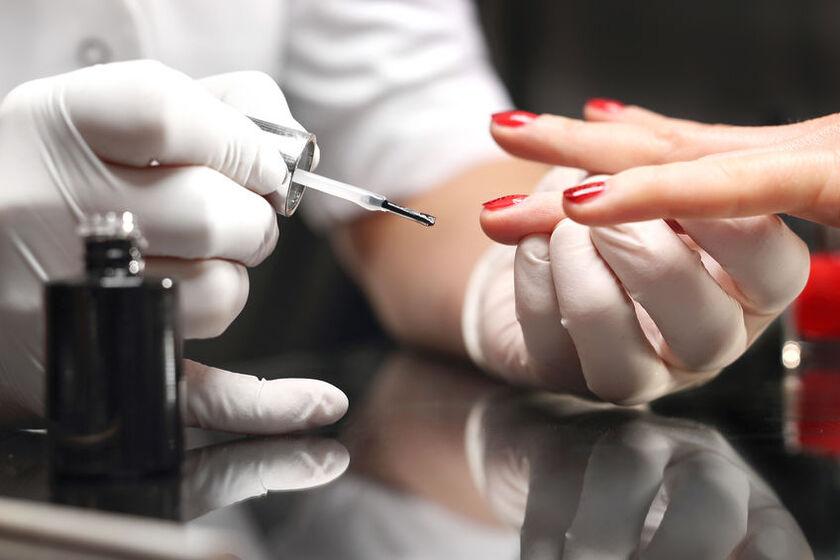 Kosmetyczka robi hybrydę na krótkich paznokciach