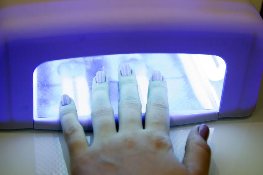 Utwardzanie lakieru hybrydowego pod lampą UV