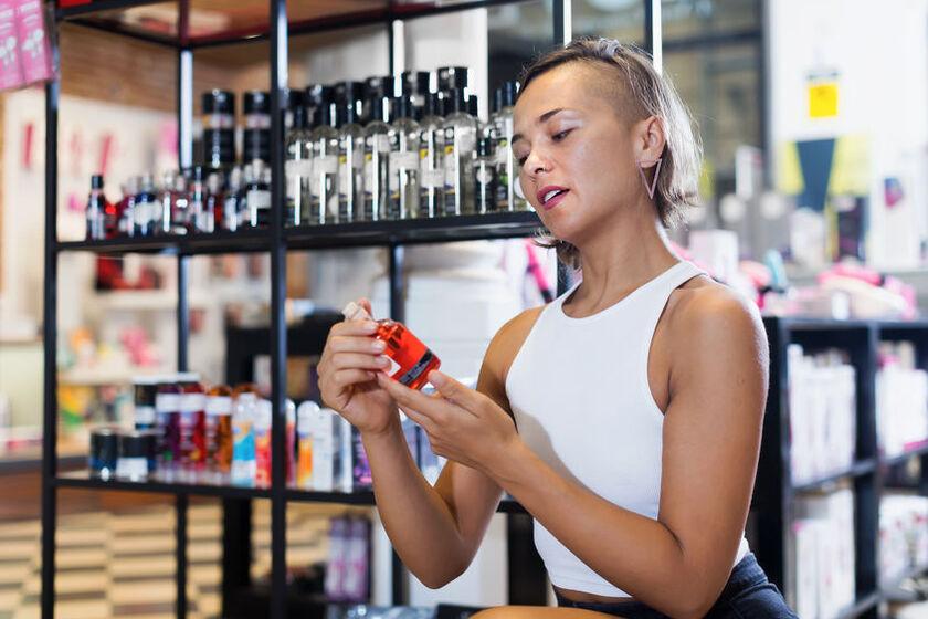 Kobieta wybiera perfumy z feromonami
