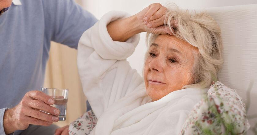 Mąż opiekuje się chorą kobietą