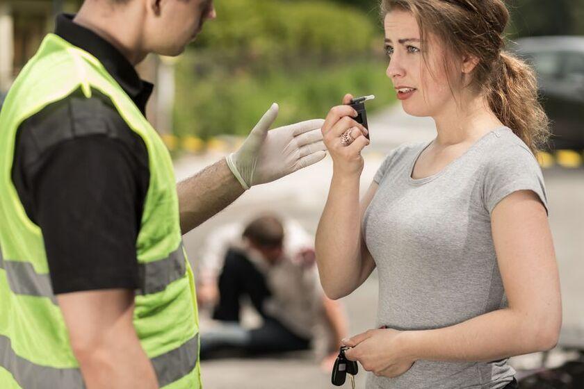 Policjant i kobieta z alkomatem