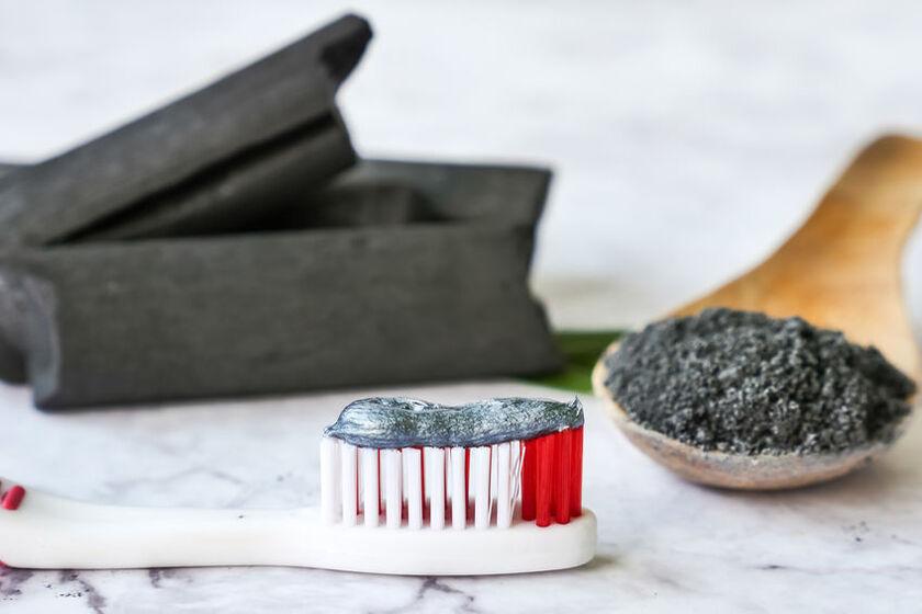 Szczoteczka z pastą do zębów z węglem aktywnym