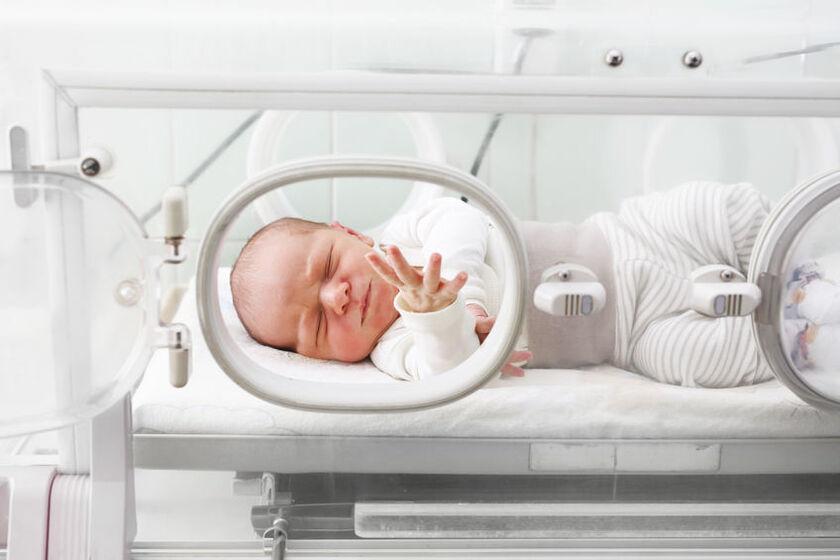 Wcześniak w szpitalnym inkubatorze