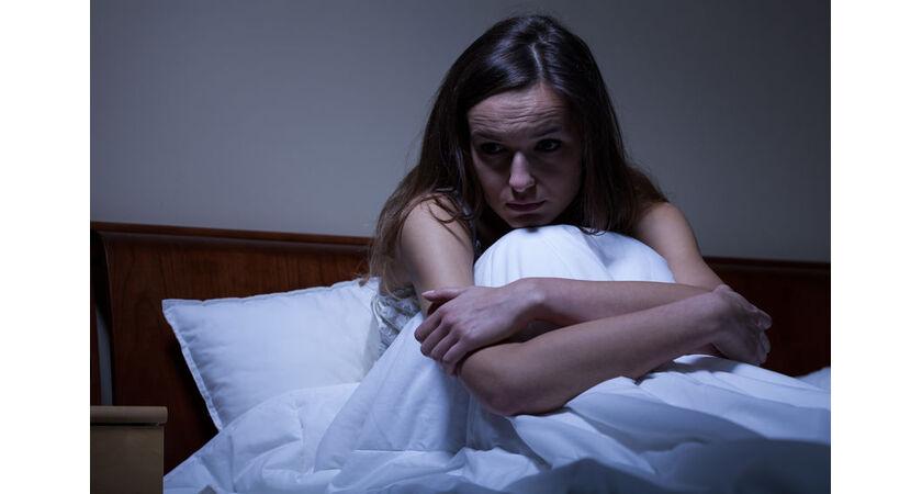 Kobieta rozpacza po poronieniu samoistnym