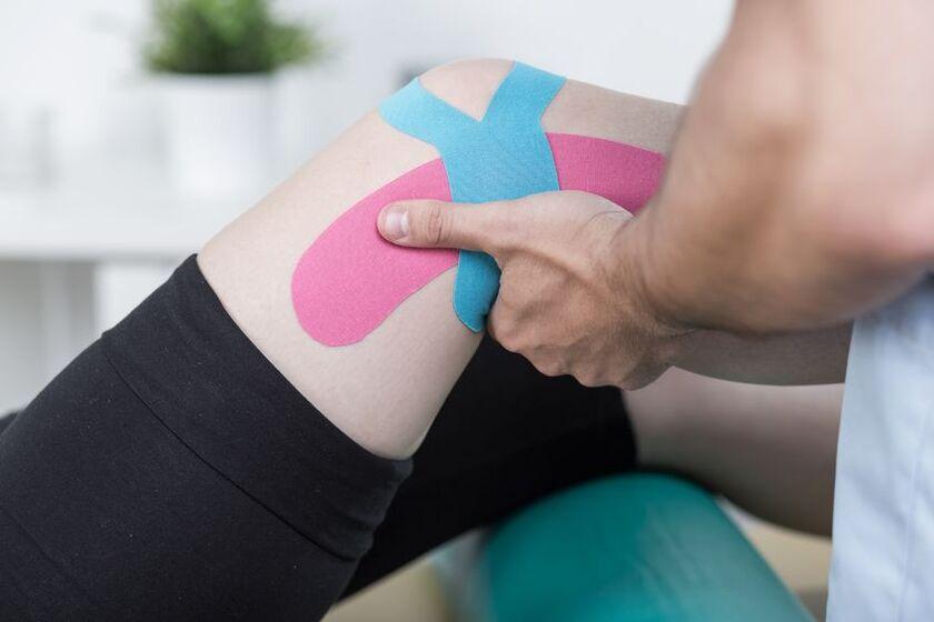 Pacjent na rehabilitacji po artoskopii kolana